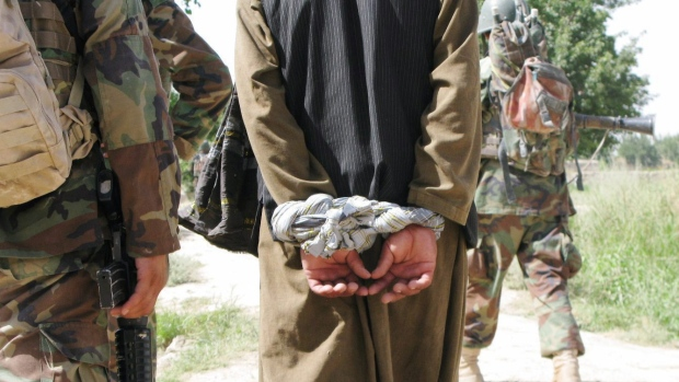 afghan-prisoners-cannon-0091123