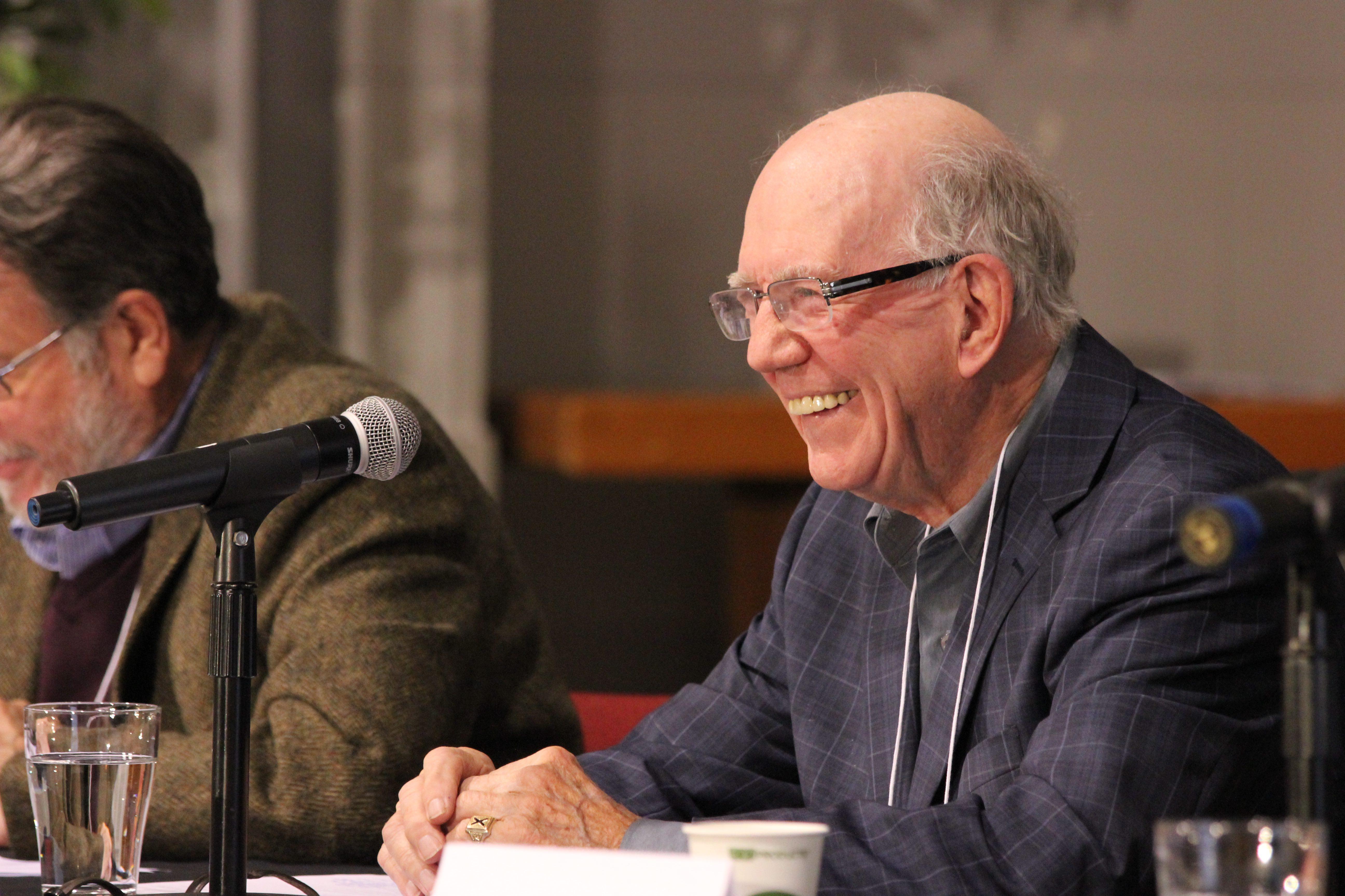 """Warren Allmand à la conférence """"Arar+10: La sécurité nationale et les droits humains, 10 ans plus tard"""", organisée par la CSILC en collaboration avec Amnistie internationale, le Centre de recherche et d'enseignement sur les droits de la personne, et le Centre d'études en politiques internationales de l'Université d'Ottawa, en octobre 2014. Crédit photo : Sébastien Packer"""
